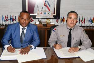 Gilberto García, presidente de la Fedojudo, y el Mayor General Policía Nacional, Ney Aldrin Bautista, director de la Policía, durante la firma del convenio.