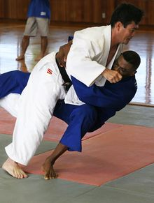 El Tachi-waza termina y el ne-waza comienza. El movimiento en la imagen es ōuchi-gari.