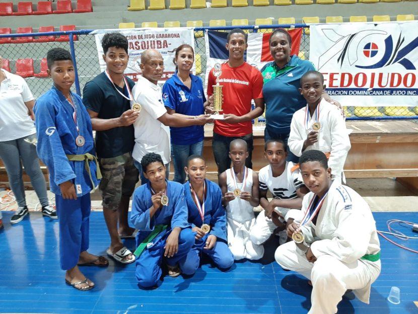 La provincia Independencia recibe el trofeo de segundo lugar del torneo invitacional de judo de Barahona.