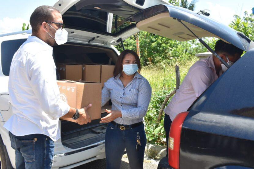 María García encabezó el operativo de entrega de kits de alimentos en La Vega.