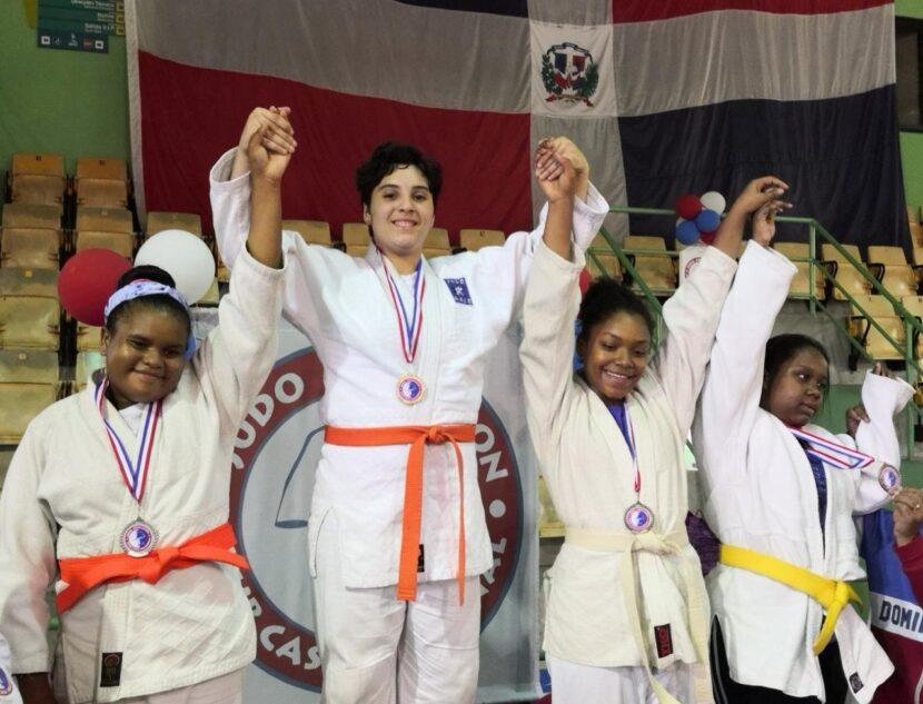 La joven judoca Larissa Lama, en una premiación.
