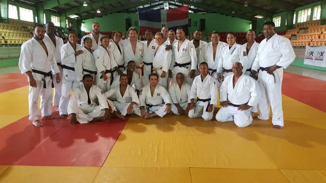El grueso de entrenadores de judo en una base de entrenamiento.