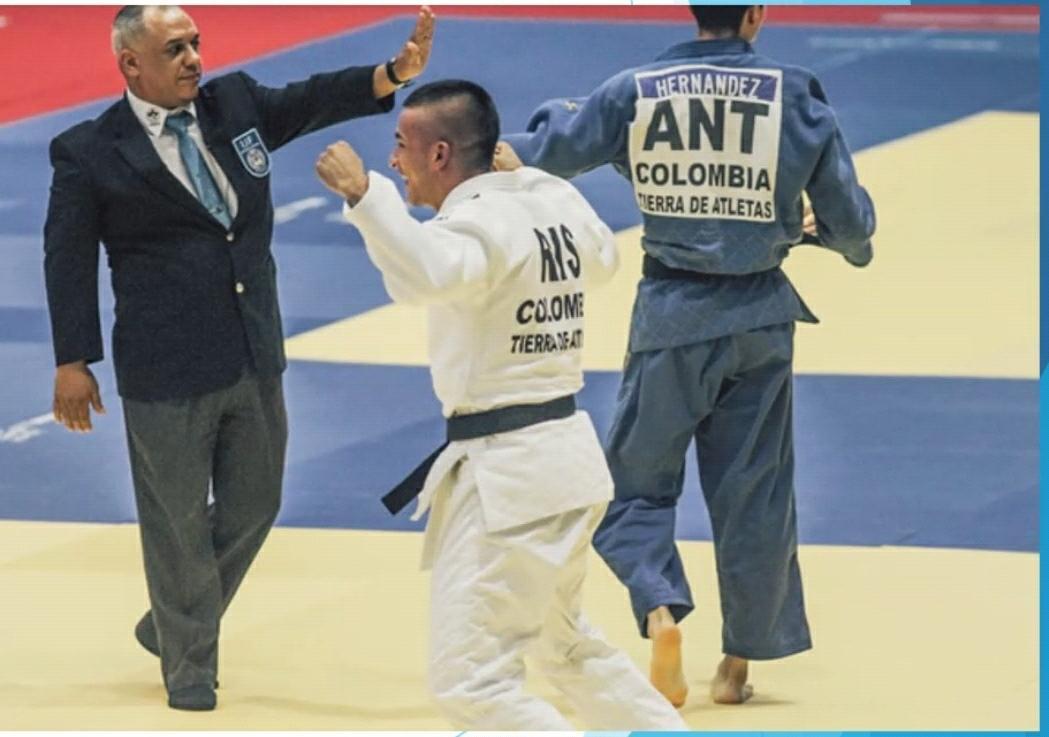 Rolando Robles, arbitrando en un evento.