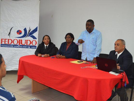 José Daniel Figueroa, ex director técnico de la Fedojudo, en una actividad de la federación, junto a Luisa Martínez, Manuel Minier.