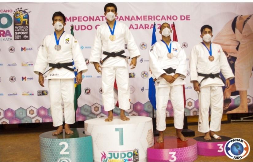 Eduardo Yudy Santos, de Brasil; Adrian García, de Puerto Rico; el dominicano Medickson del Orbe, y Luis Ángeles Sotelo, de Perú, en la premiación.