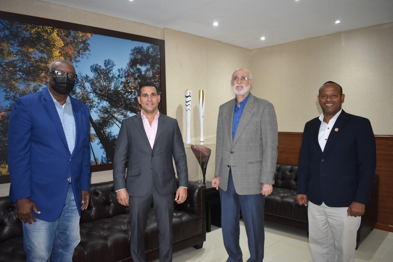 Gerardo Suero Correa, jefe de misión delegación Tokio; árbitro Orlando Cruz; Antonio Acosta, presidente del COD, y Gilberto García, presidente de la Fedojudo.