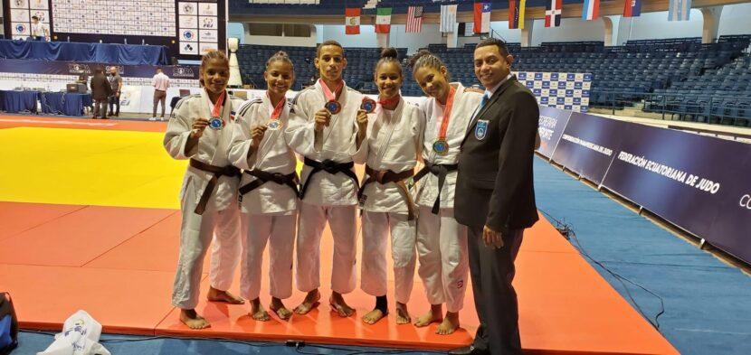 Greymarlin Valdez, Ana Bonilla, Antfernee Pepín, Clara Barinas, Omaria Ramírez y el árbitro Ramón Santiago.