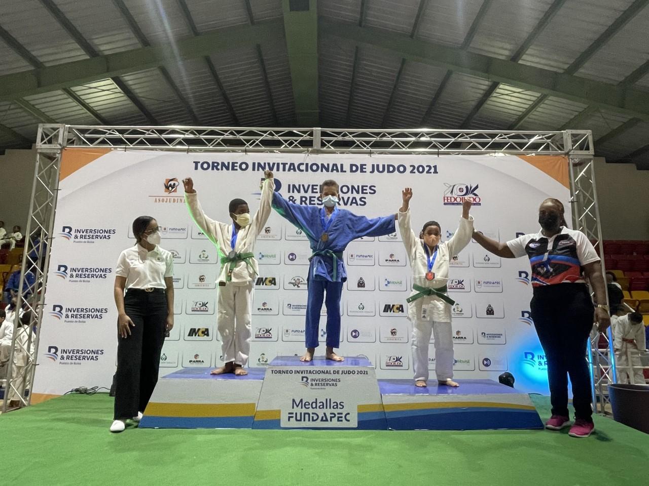 Leidy Germán, secretaria Fedojudo, en la premiación a los atletas de la categoría infantil.